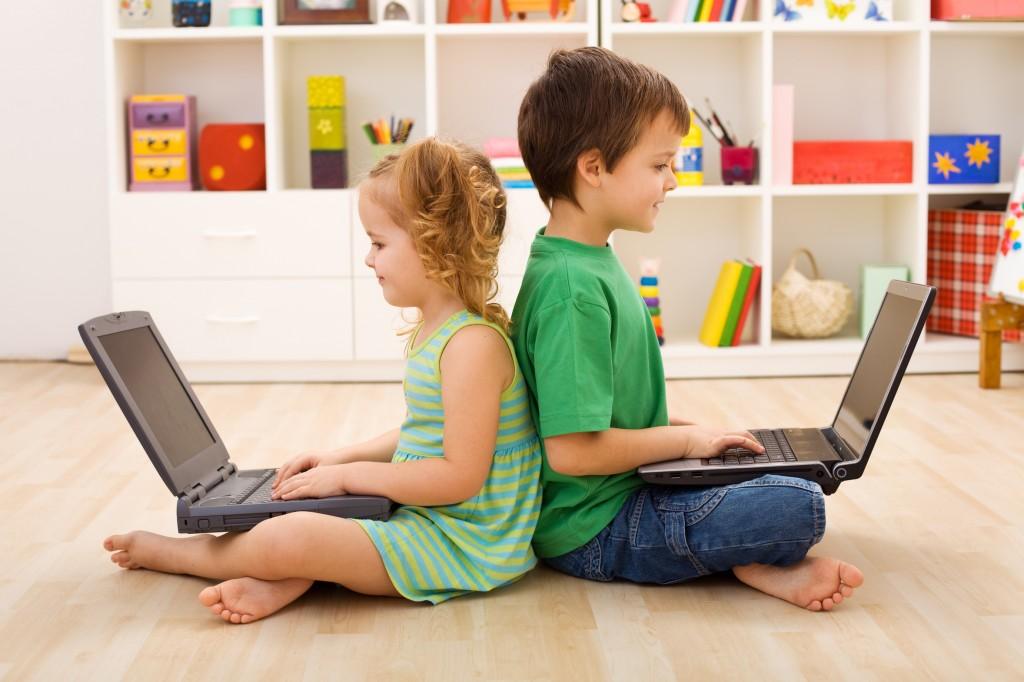 Картинка девочка играет в компьютерные игры
