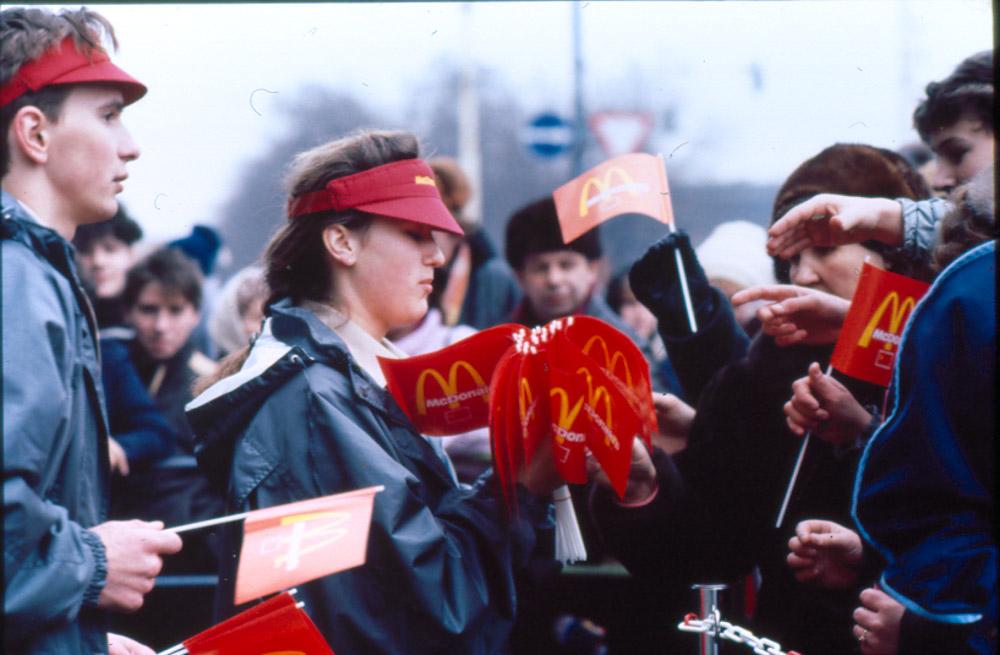 """""""А нам говорили, что американцы дикие!"""": 31 января в Москве открылся первый McDonald's (видео 1990 года с отзывами потрясенных посетителей)"""