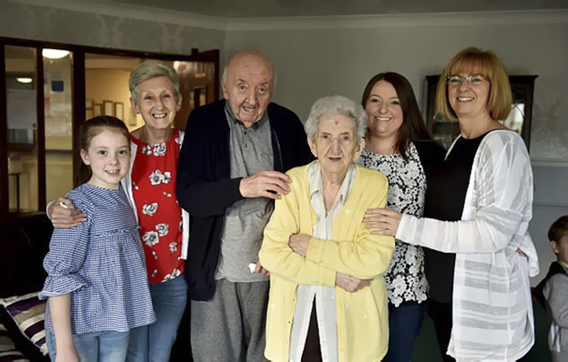 """""""Держись, сынок!"""": 98-летняя мать переехала в дом престарелых, чтобы ухаживать за своим 80-летним сыном"""