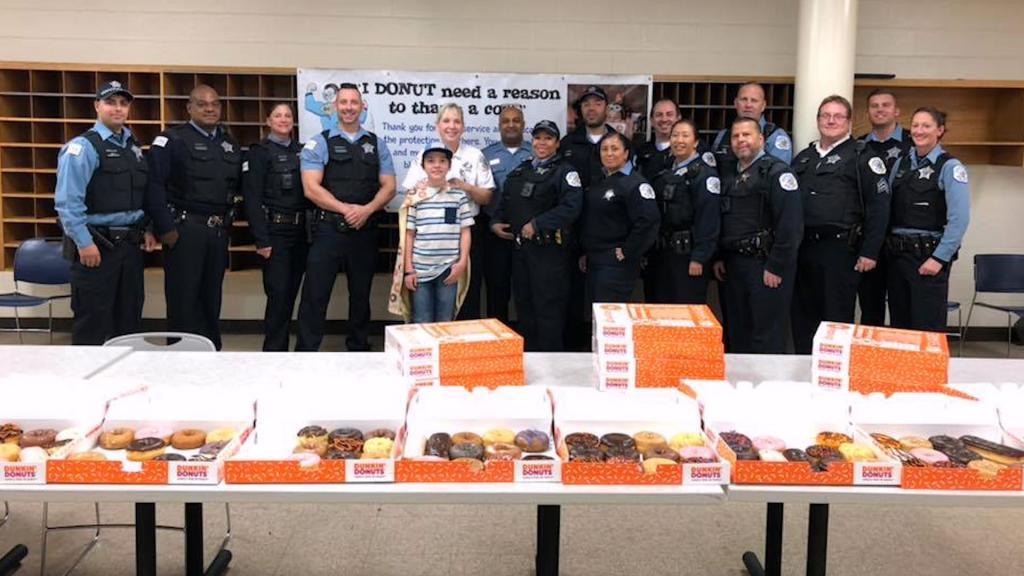 """Юный активист, который называет себя """"Пончик-бой"""", отблагодарил сотрудников полиции США 75 тысячами пончиков"""