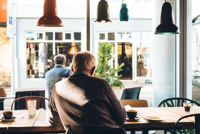 Худшее свидание в жизни: девушка рассказала, как познакомилась с парнем онлайн, а в кафе пришел 97-летний дед