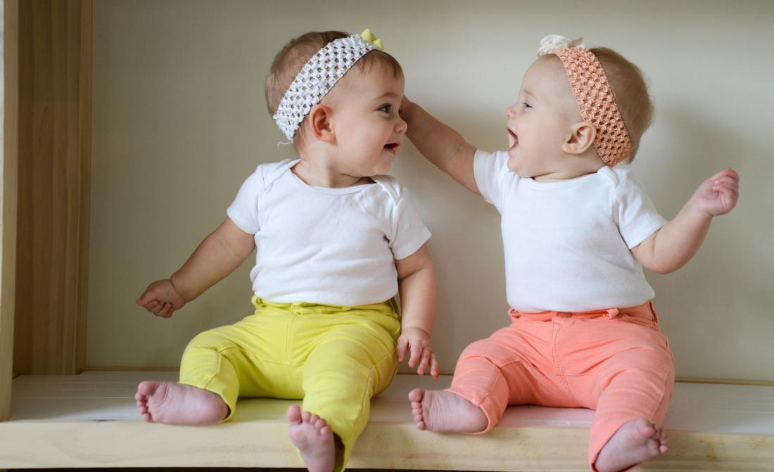 картинки двойняшки младенцы