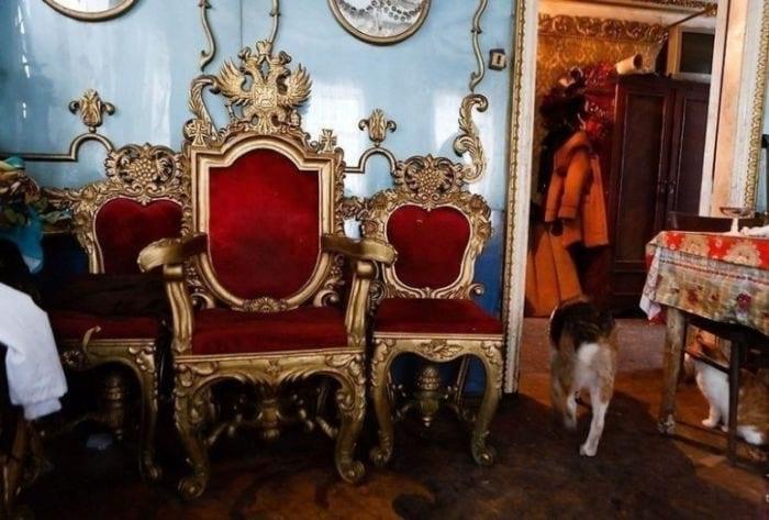 Невзрачный снаружи домик старого деда скрывает царские хоромы. Фото