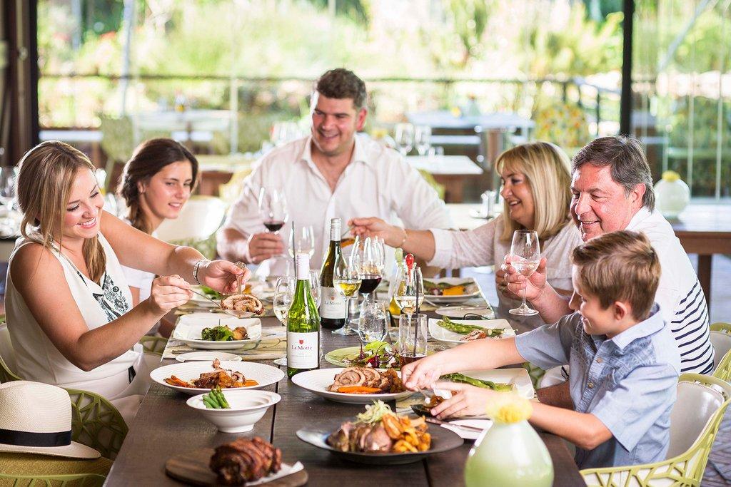 большая семья за обедом еда спокойная, кричала, ныла