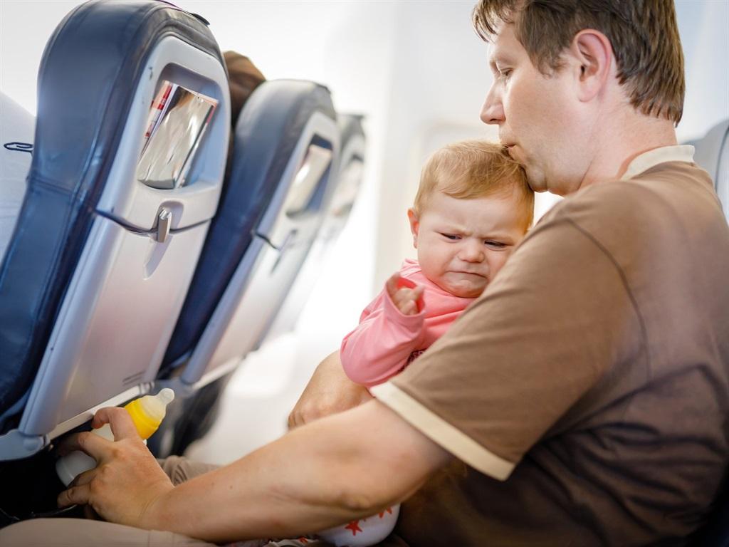 Картинка в самолете с ребенком