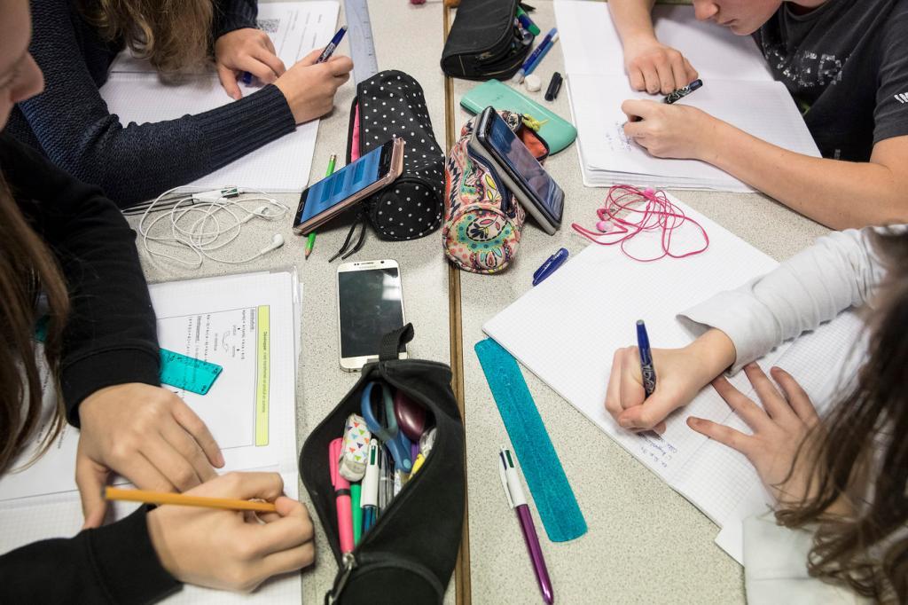 Учитель подсчитал, как много времени отнимают у школьников телефоны