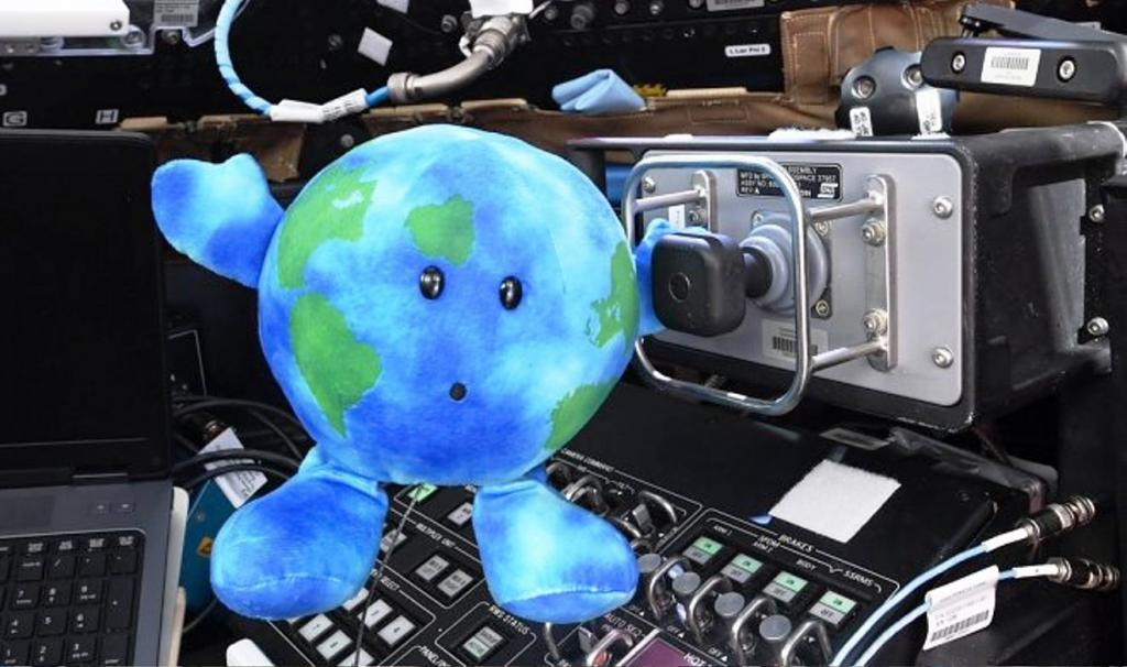 """Астронавты на МКС похитили плюшевую """"Землю"""" и теперь она полноправный член команды"""