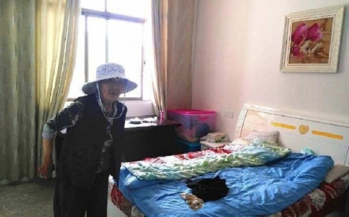 Много лет назад женщина нашла возле своего дома ребенка. Девочка выросла и отблагодарила приемную маму