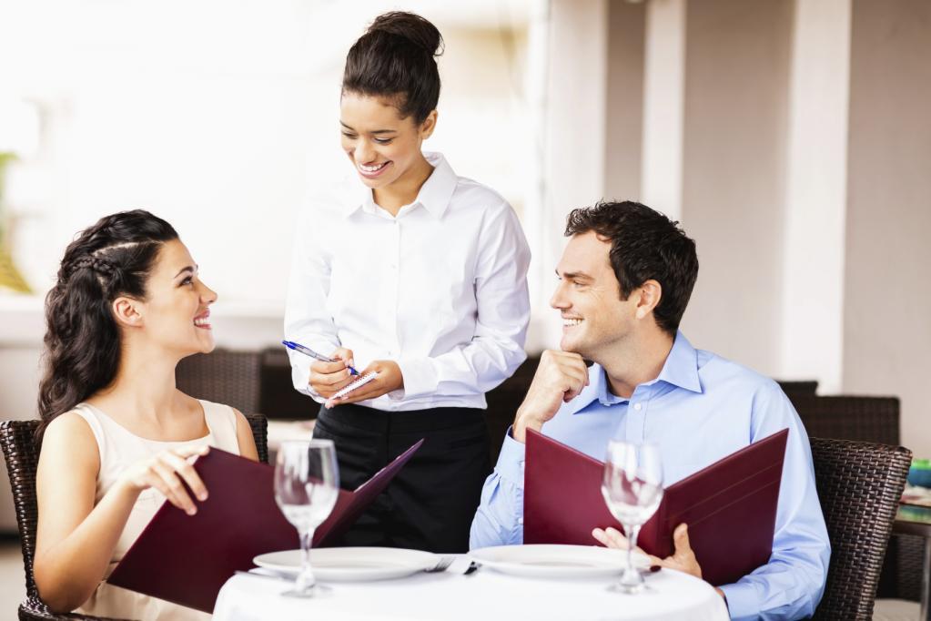 Хотели как лучше: 10 ошибок этикета, которые совершают вежливые люди в ресторанах и кафе