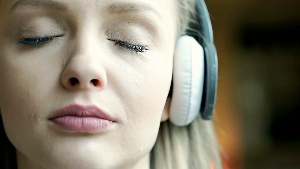 Почему людям нравится слушать грустную музыку: основные причины