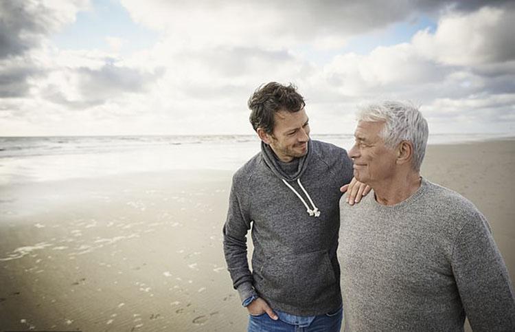 Отцы и дети: ученые установили, в каком возрасте мы становимся похожи на родителей