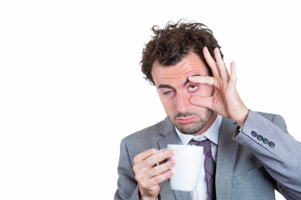 Пить воду и другие хитрости, помогающие не уснуть на работе после бессонной ночи