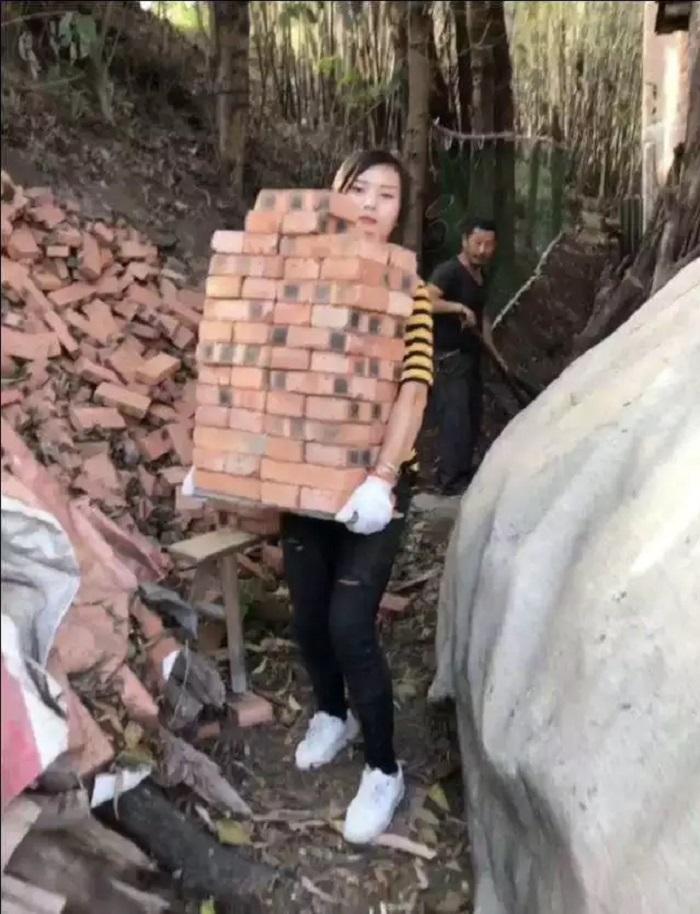 Не слабый пол: девушка работает разнорабочим на стройке, чтобы исполнить мечту