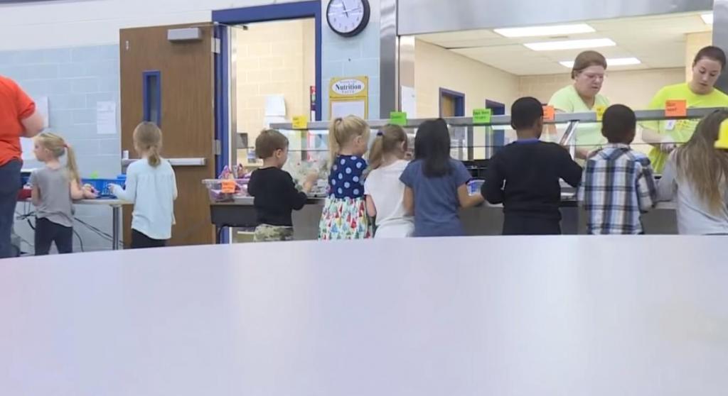 Пример для подражания: школьный округ передает неиспользованные продукты питания из школьной столовой нуждающимся детям