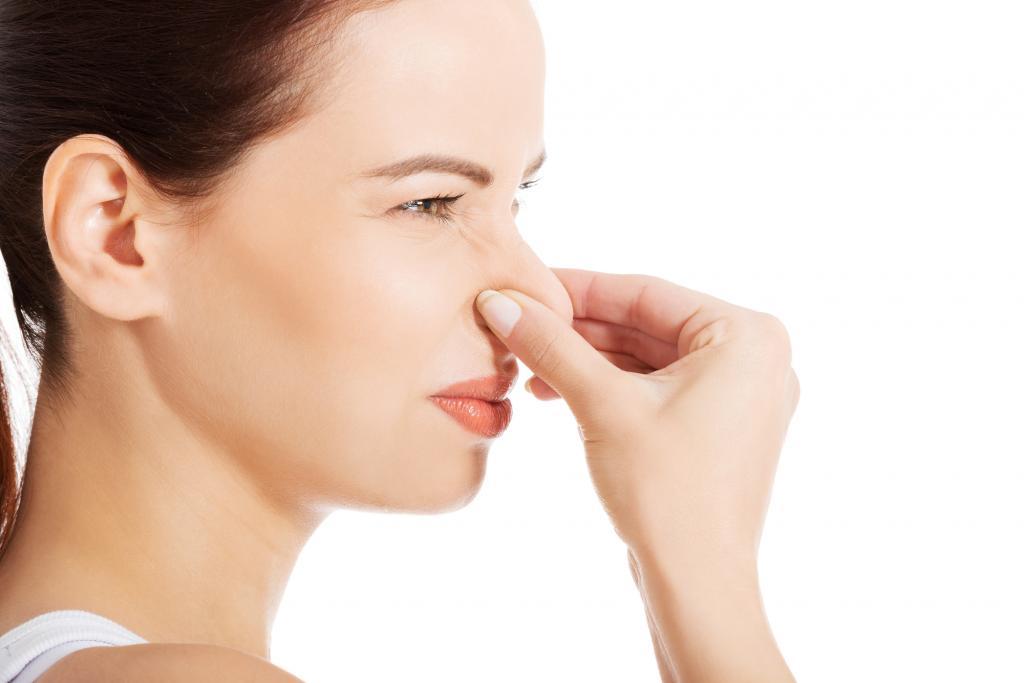 Как избежать появления неприятного запаха на тренировочной одежде: проверенные советы от бактериологов