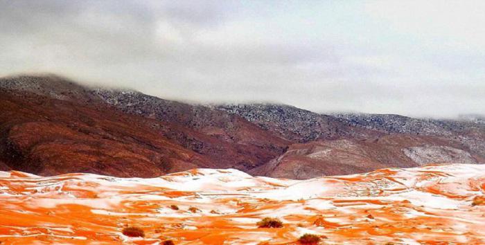 Покрытые снегом дюны вблизи города Айн-Сефра