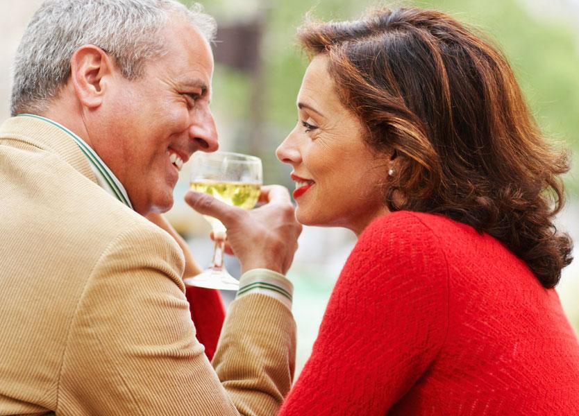 Не скрывайте свой возраст и научитесь слушать: как начать знакомиться с людьми, если вы старше 50 лет