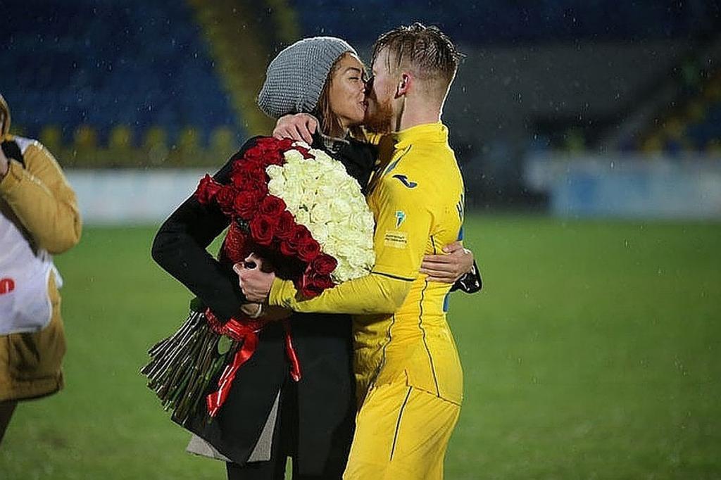 «Катя, куда носки отправить?»: фанаты ФК «Ростов» обидели жену Новосельцева