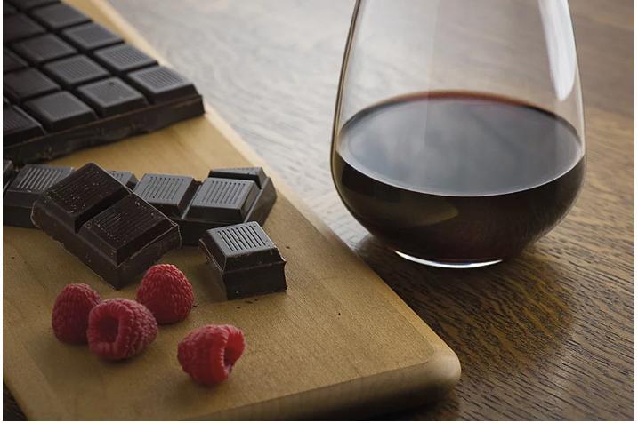 Эксперты рекомендуют есть шоколад и пить красное вино, чтобы замедлить старение