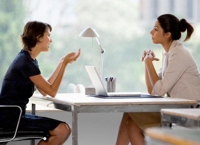 руки собеседование жесты позиции пальцы ладони не скрещивать не закрывать соединять кончики пальцев не стучать пальцами по столу выражать доверие недоверие доминирование правильная позиция