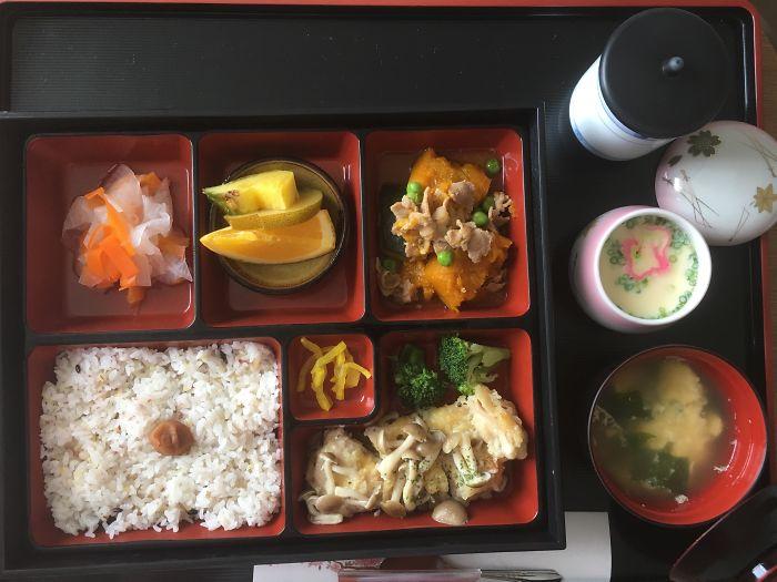 Женщина попала в японскую больницу и решила показать, как там кормят пациентов