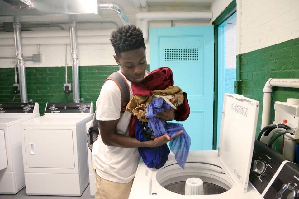 Директор школы организовал прачечную, чтобы спасти детей, над которыми издевались из-за грязной одежды