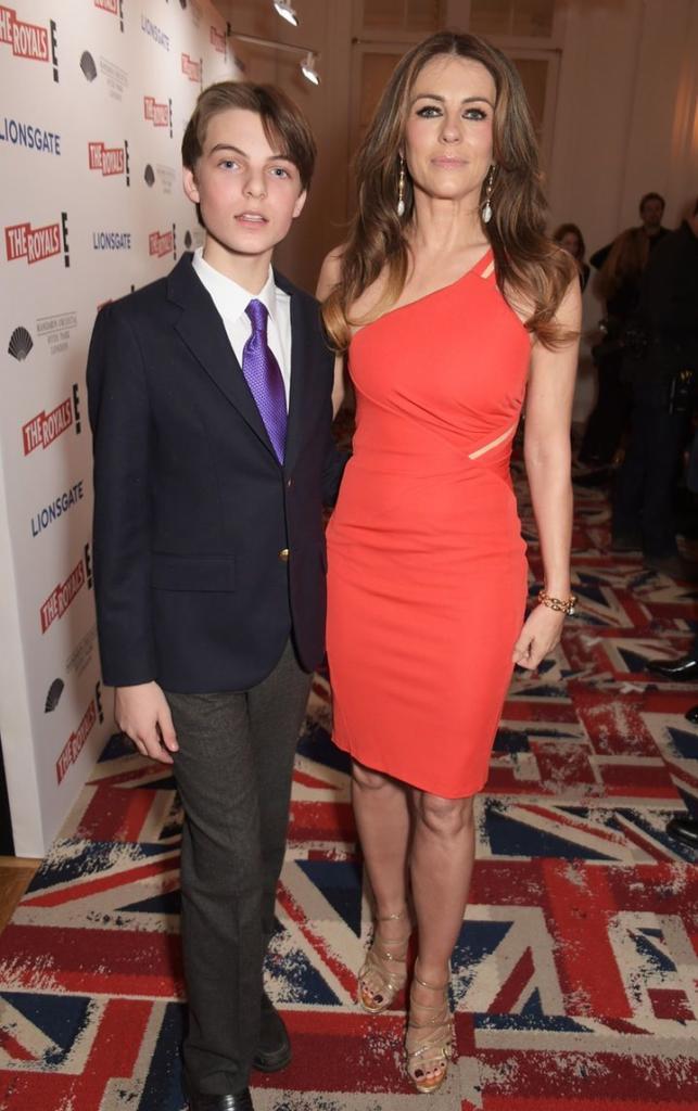 17-летний сын актрисы Элизабет Херли с каждым годом превращается в ее копию