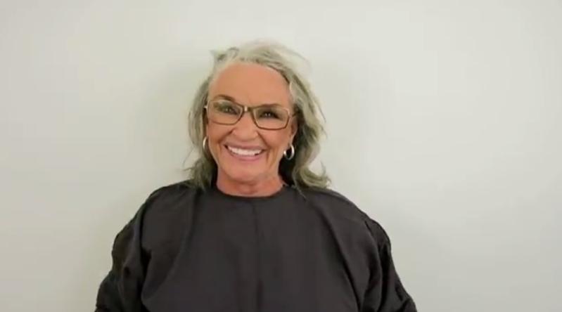 Женщина 50 лет скрывала свою естественную красоту. В 73 она впервые показалась без макияжа и парика