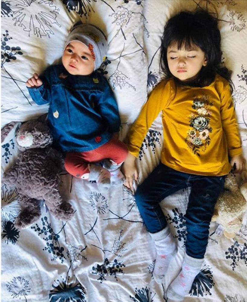 У межрасовой пары родились дети необычной красоты. Им пророчат будущее моделей