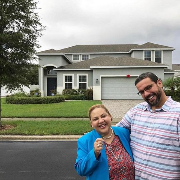Парень, родные которого еле сводили концы с концами, подарил родителям роскошный дом