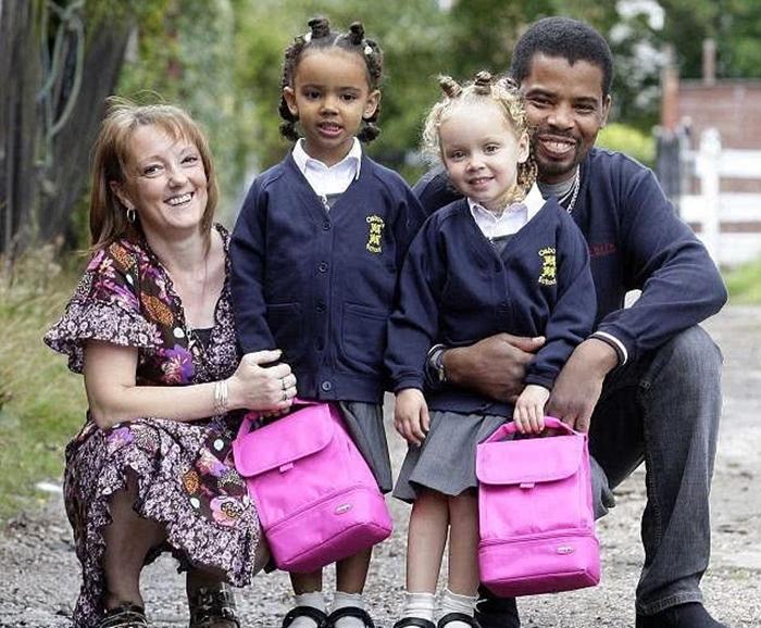 Один случай на миллион: в 2008-м у межрасовой пары родились удивительные близняшки. Девочки растут красавицами