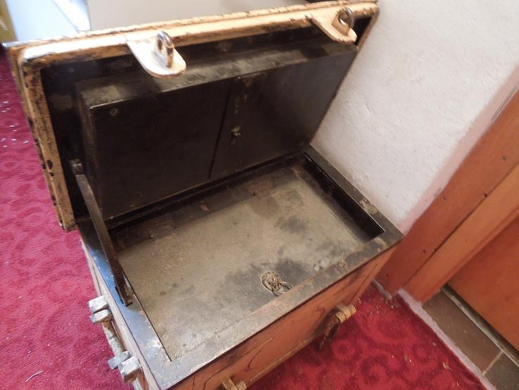 Двоюродная бабушка оставила в наследство внучке старый сейф. Однажды женщина решила его открыть