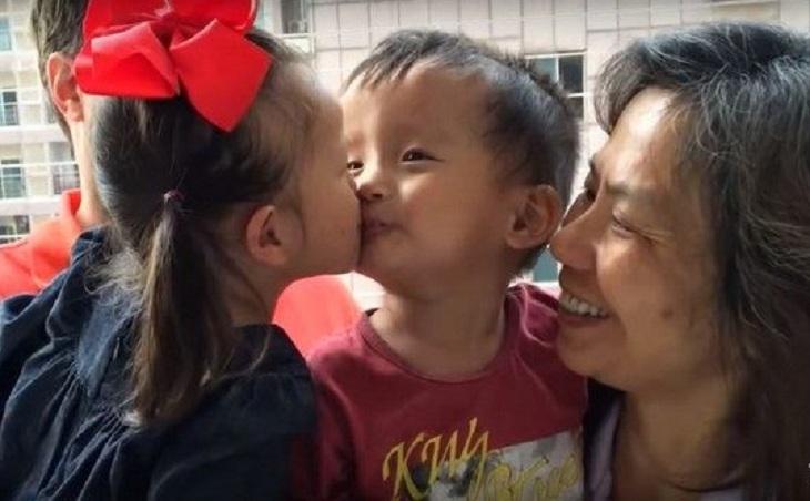 Мама удочеренной девочки написала в Facebook, что дочь тоскует по другу из приюта. В один прекрасный день к ним зашли соседи