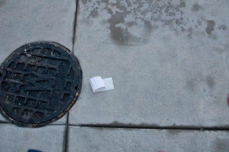 Бездомный человек случайно находит бумажку на тротуаре и резко меняет свою жизнь