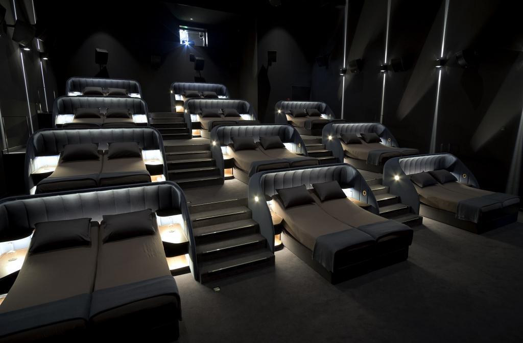 Совсем как дома: в Швейцарии появился vip-кинотеатр с двуспальными кроватями вместо кресел