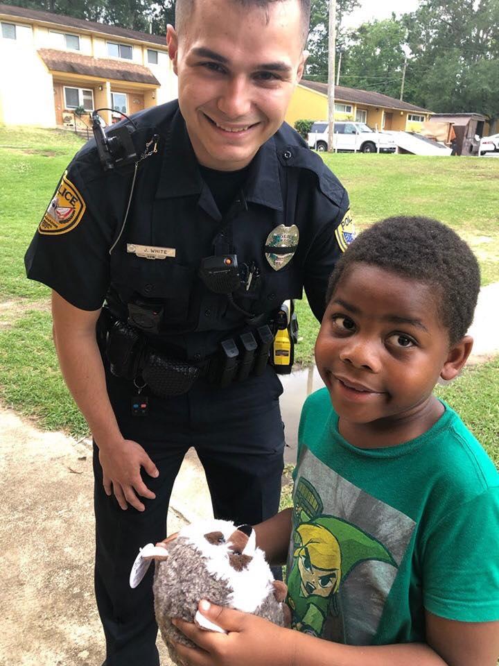 Мальчику было скучно и он вызвал полицию. Прибывший на вызов полицейский решил не ругать ребенка