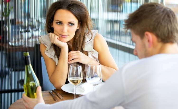 Ученые выяснили, почему выпившие люди видят людей более красивыми