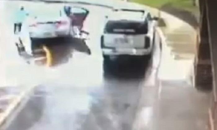 Детям пришлось выпрыгивать из движущегося автомобиля, чтобы сбежать от преступника