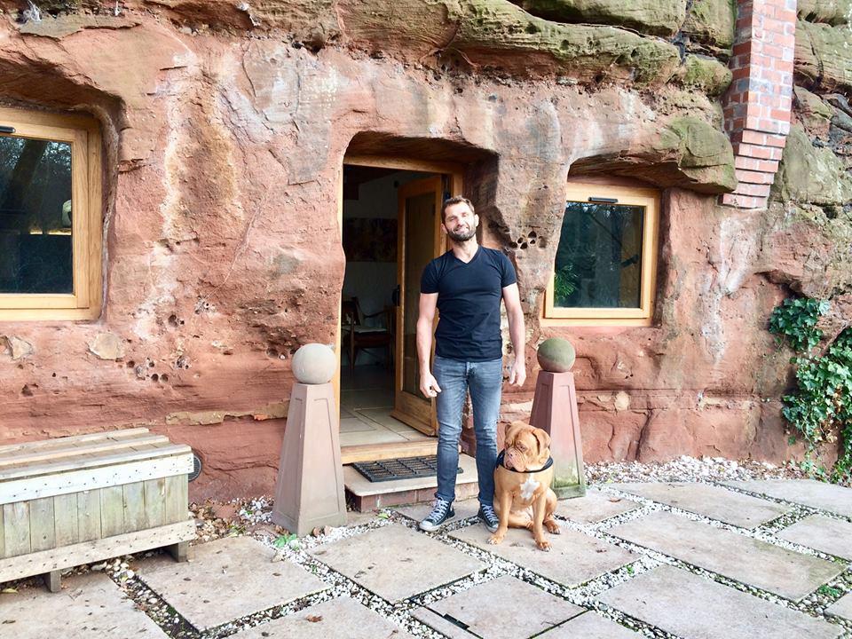 Мужчина решил полностью изменить свой образ жизни: он приобрел 700-летнюю пещеру и превратил ее в комфортабельное жилье