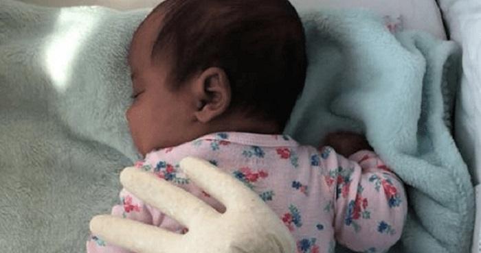 Уставшая мама успокоила ребенка при помощи перчатки и горсти риса