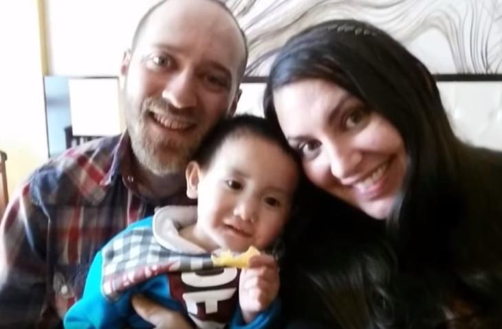 Семья усыновила мальчика: мама заметила, что он на всех фотографиях не один, и решила разобраться, кто с ним