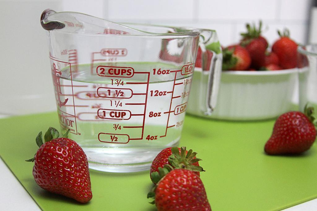 На дворе сезон клубники. Сохраним ягоду ароматной и свежей как можно дольше: простой лайфхак