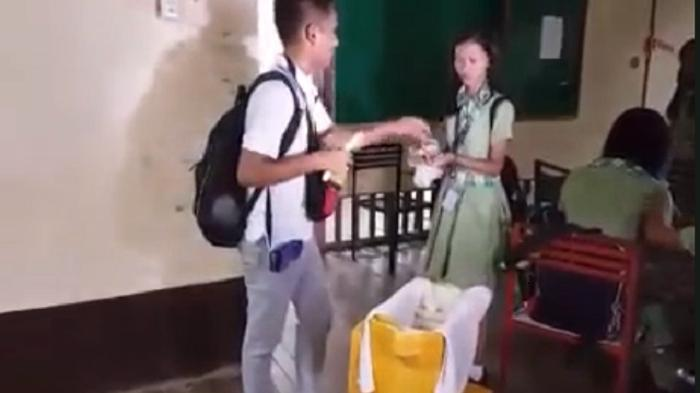 Трудолюбивый студент продает леденцы после занятий, чтобы оплатить дорогостоящее обучение в институте