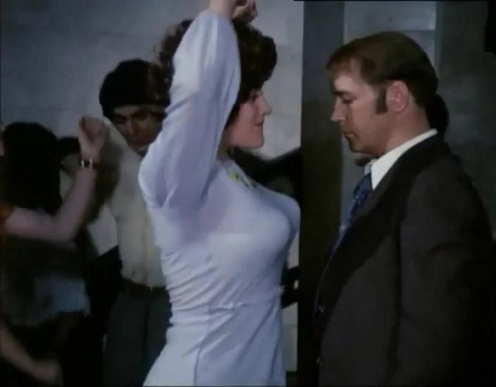 Энергичный танец в фильме «Афоня» приковывал миллионы зрителей: зачем для съемок понадобилась манка