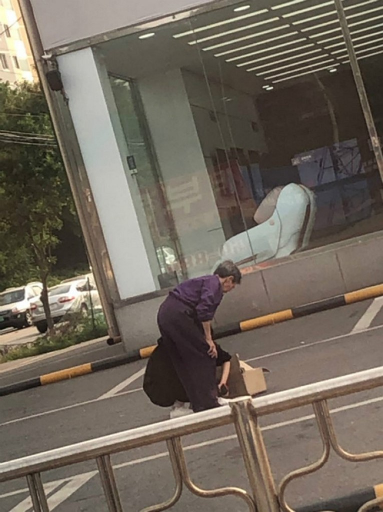 Девушка увидела бездомную бабушку на улице. Присмотревшись, она со всех ног кинулась к старушке