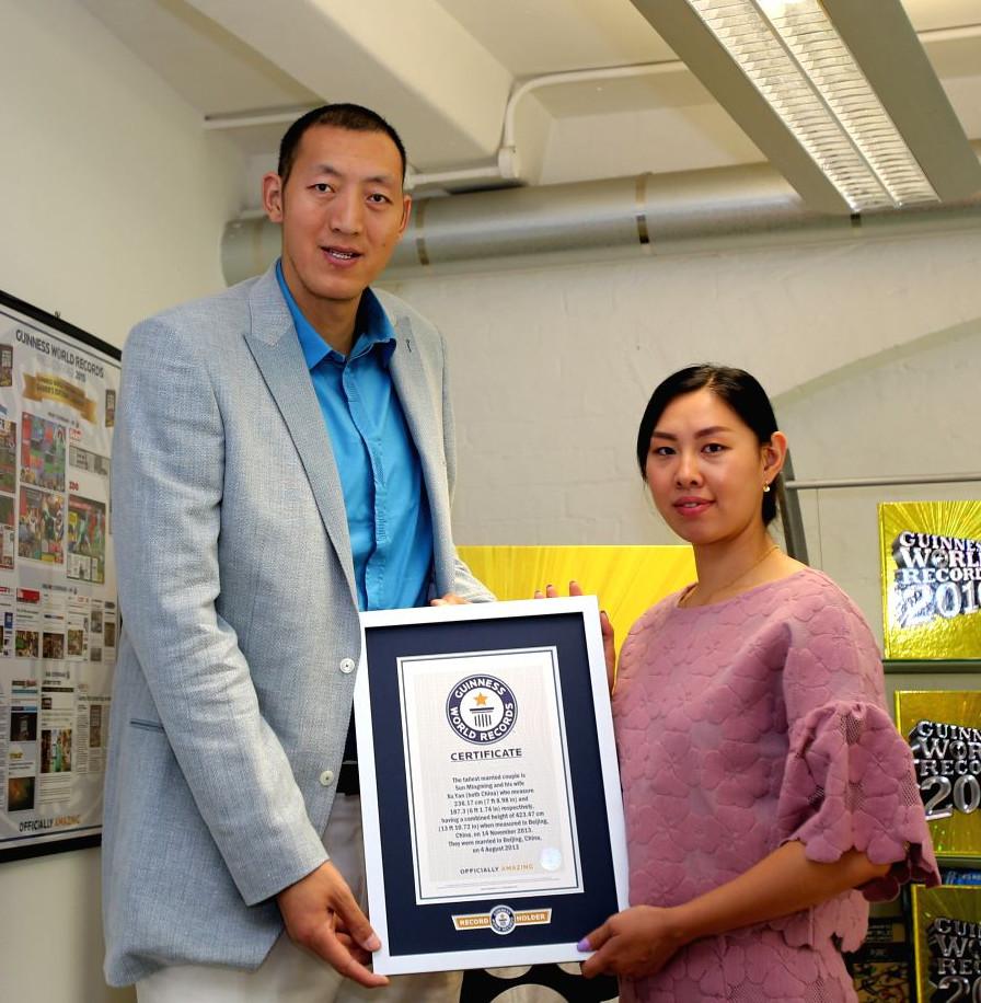 Кто сказал, что китайцы низкорослые? Самая высокая семейная пара в мире из книги рекордов Гиннесса живет в Пекине