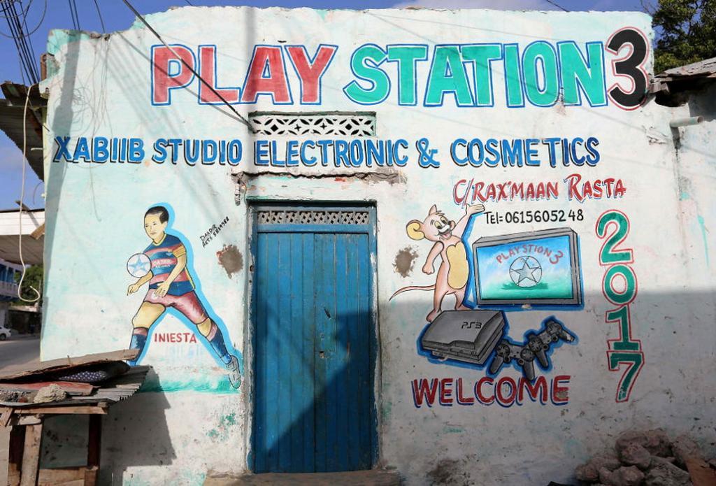 Многие жители Сомали не умеют читать. Поэтому витрины магазинов там оформляют наглядными рисунками