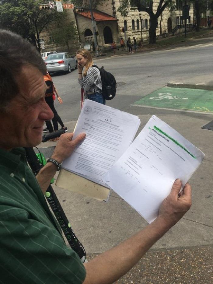 Когда-то бездомный мужчина спал неподалеку от университета, но теперь смог стать его студентом