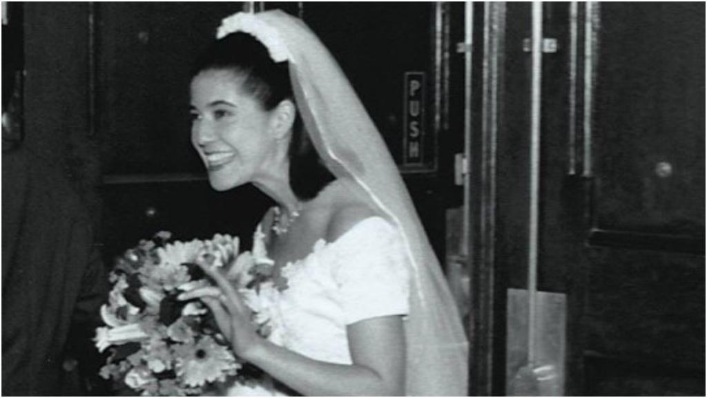Две подруги развелись со своими мужьями и теперь ходят на вечеринки в свадебных платьях
