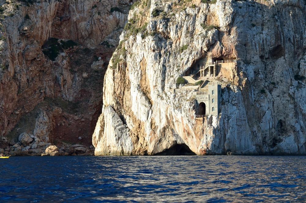Порто Флавия – необычный погрузочный порт, вырубленный в скале на острове Сардиния (Италия)